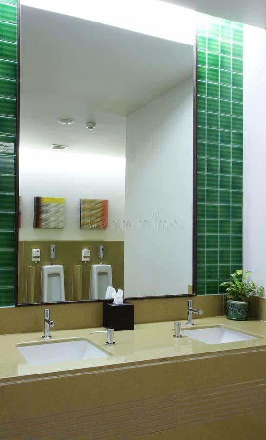 Dans la toilette image libre de droits