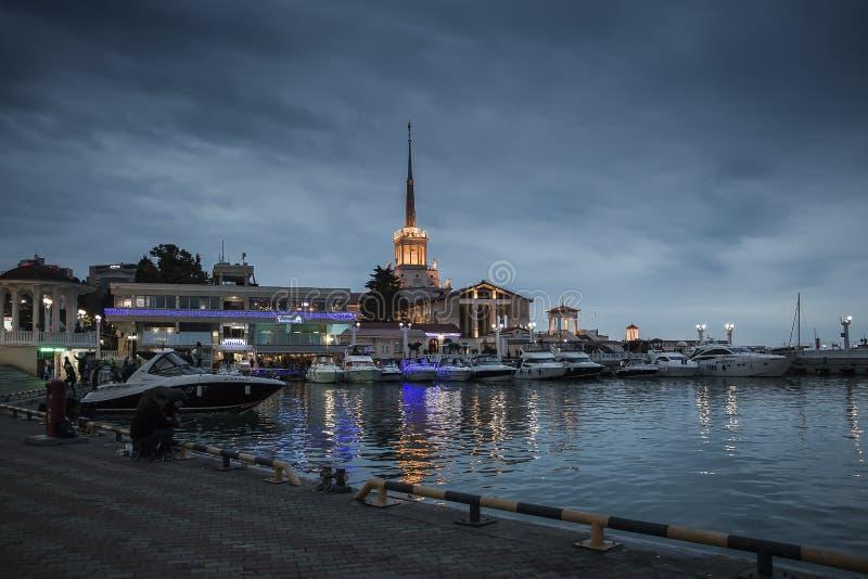 Dans la ville de Sotchi, nuits foncées images stock