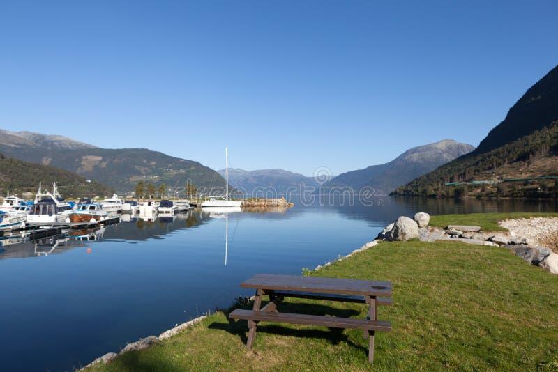 Dans la ville sur le rivage du fjord de Kinsarvik Hardanger norway image libre de droits