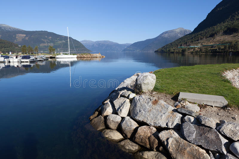 Dans la ville sur le rivage du fjord de Kinsarvik Hardanger norway photos libres de droits