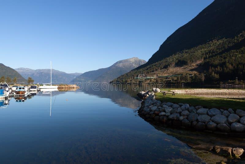 Dans la ville sur le rivage du fjord de Kinsarvik Hardanger norway image stock