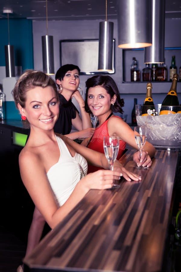 Dans le bar image libre de droits