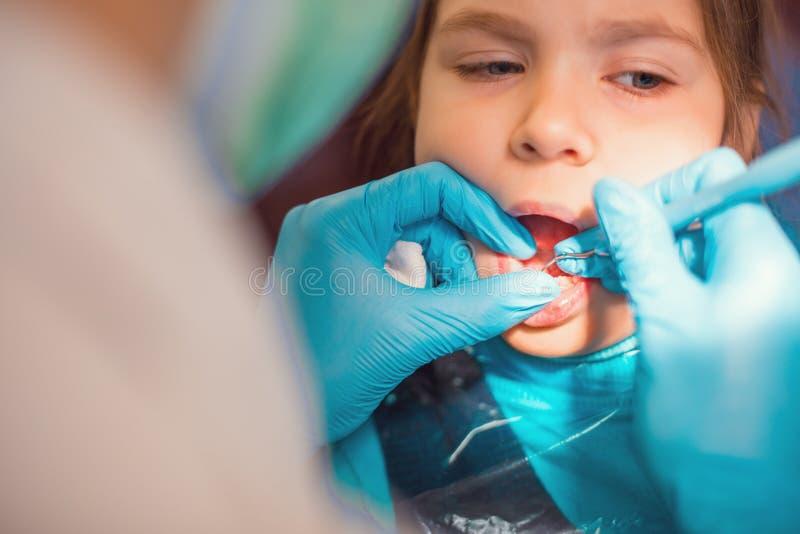 Dans le bureau dentaire image stock
