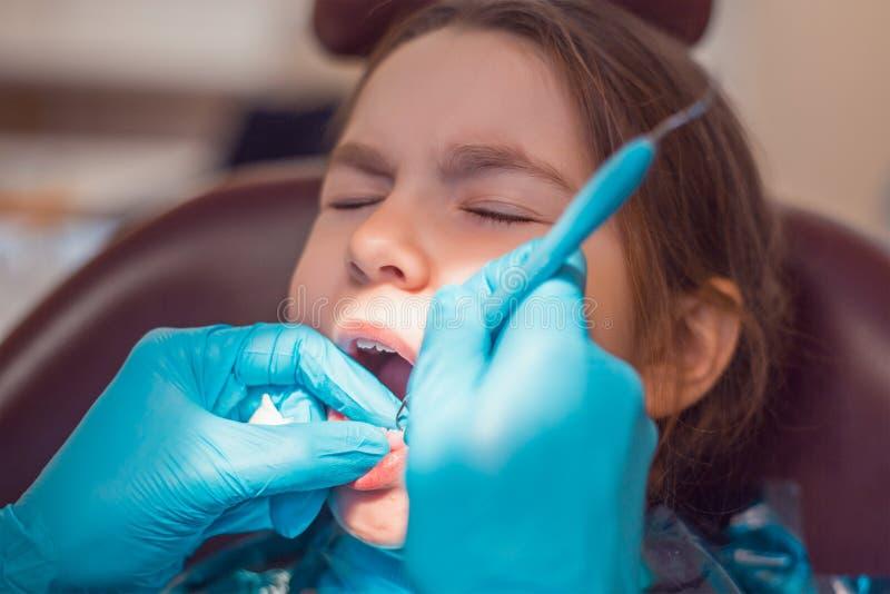 Dans le bureau dentaire photos stock