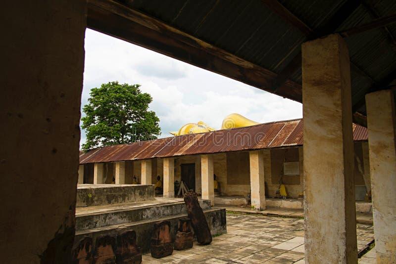 Dans le côté du vieux temple bouddhiste thaïlandais de monastère image libre de droits