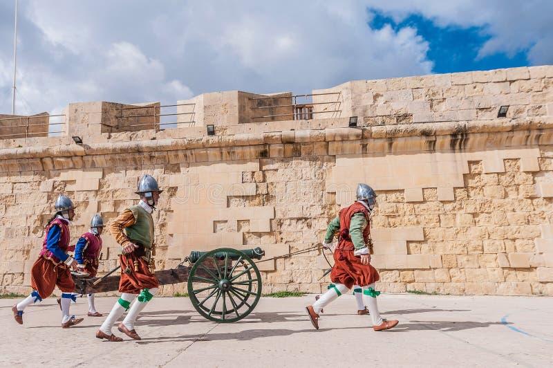 Dans le défilé de Guardia au cavalier de St Jonh dans Birgu, Malte photographie stock libre de droits