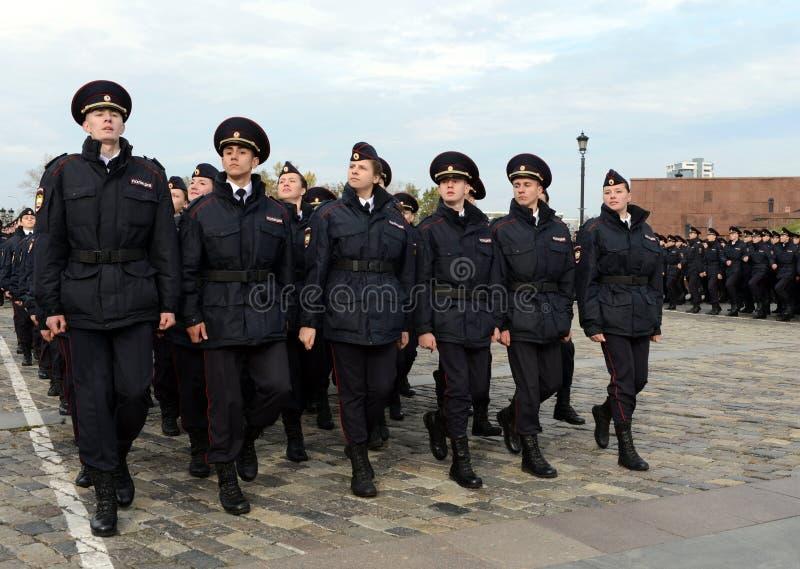 Dans le défilé des cadets de police sur la colline de Poklonnaya à Moscou photographie stock