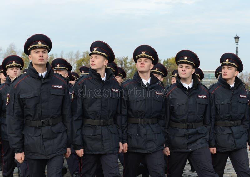 Dans le défilé des cadets de police sur la colline de Poklonnaya à Moscou photo stock