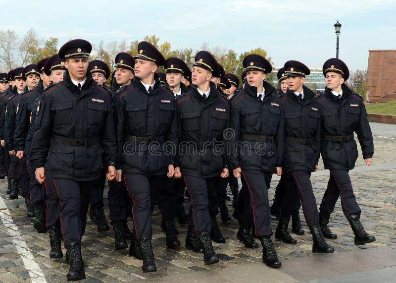 Dans le défilé des cadets de police sur la colline de Poklonnaya à Moscou image libre de droits
