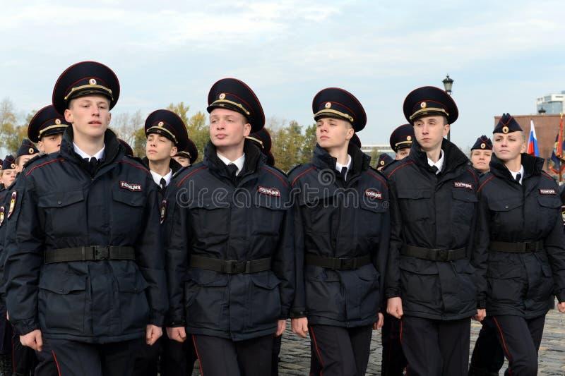 Dans le défilé des cadets de police sur la colline de Poklonnaya à Moscou images libres de droits