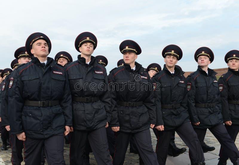 Dans le défilé des cadets de police sur la colline de Poklonnaya à Moscou image stock