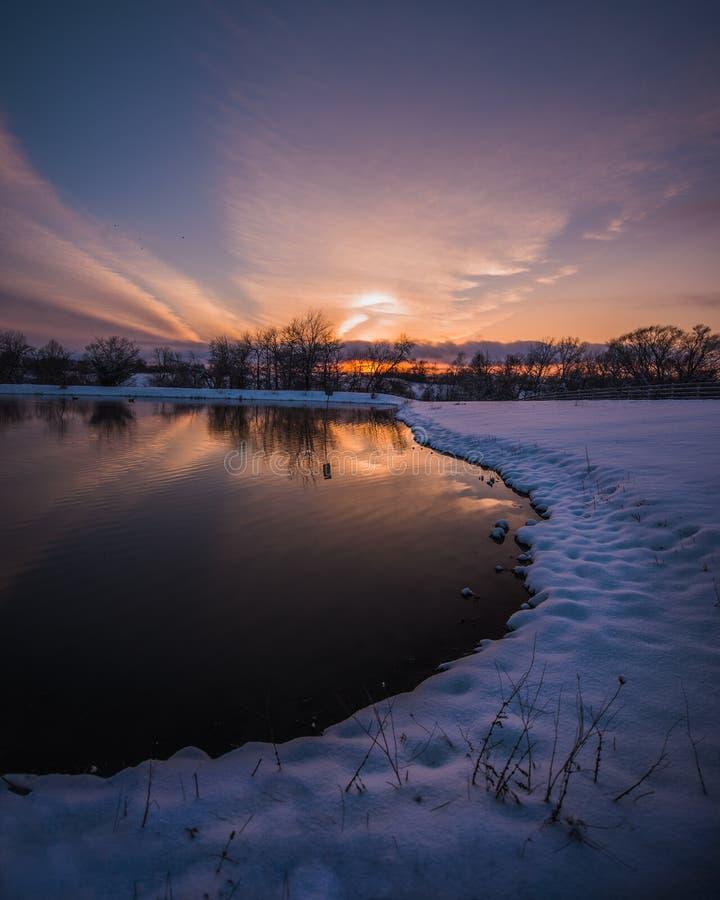 Dans le domaine pendant le coucher du soleil images libres de droits