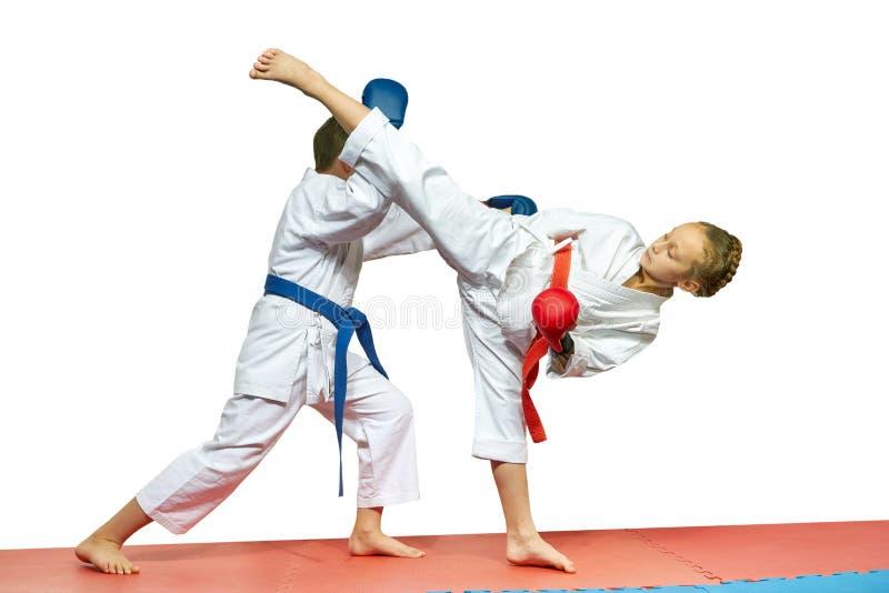 Dans le karaté de coups de battements de sportsmens de karategi image libre de droits