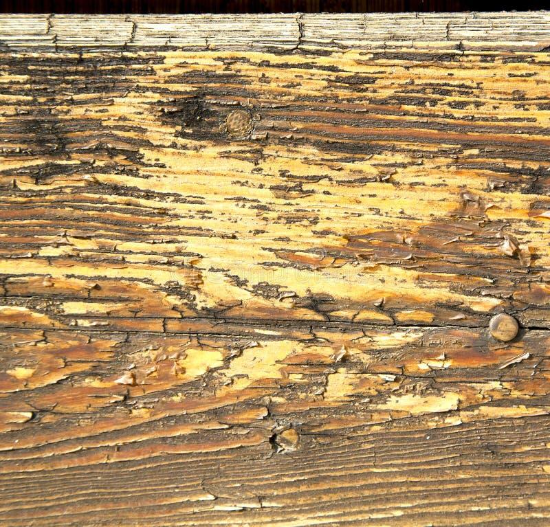 Dans le lomb brun en laiton rouillé de l'Italie en bois en métal du heurtoir N de mozzate image libre de droits