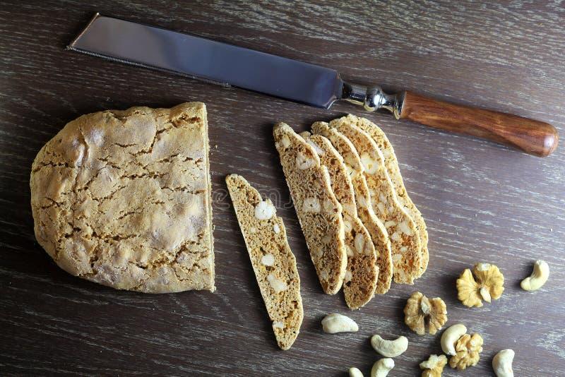 Dans le pain français en bois durcit sur la table images stock