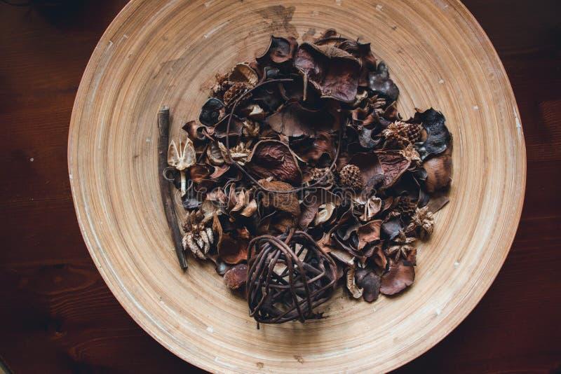 Dans le plat en bois sont garnis de beaux cônes de fruit, d'oreilles d'herbe, de détails de fruits secs et de branches d'usine photographie stock libre de droits
