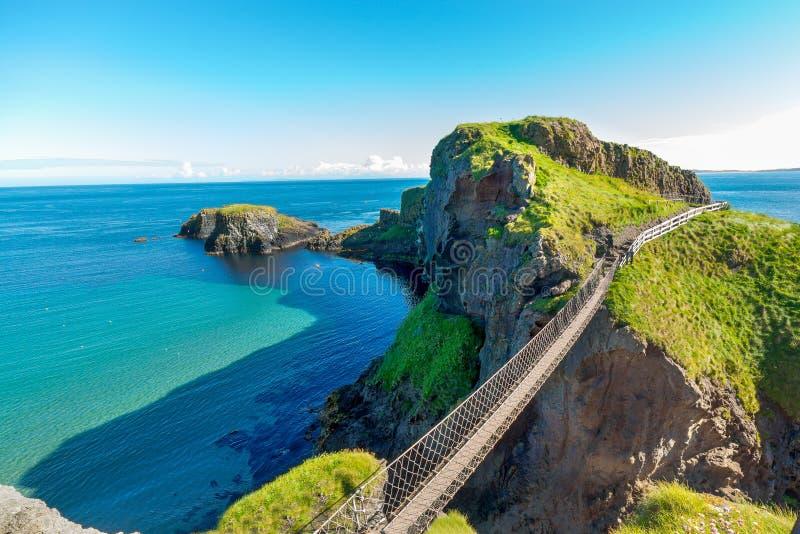 Dans le pont de corde de l'Irlande du Nord, île, roches, mer image libre de droits