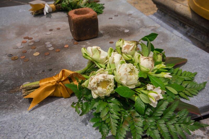 Dans le temple thaïlandais, des fleurs de lotus sont placées sur l'autel images stock
