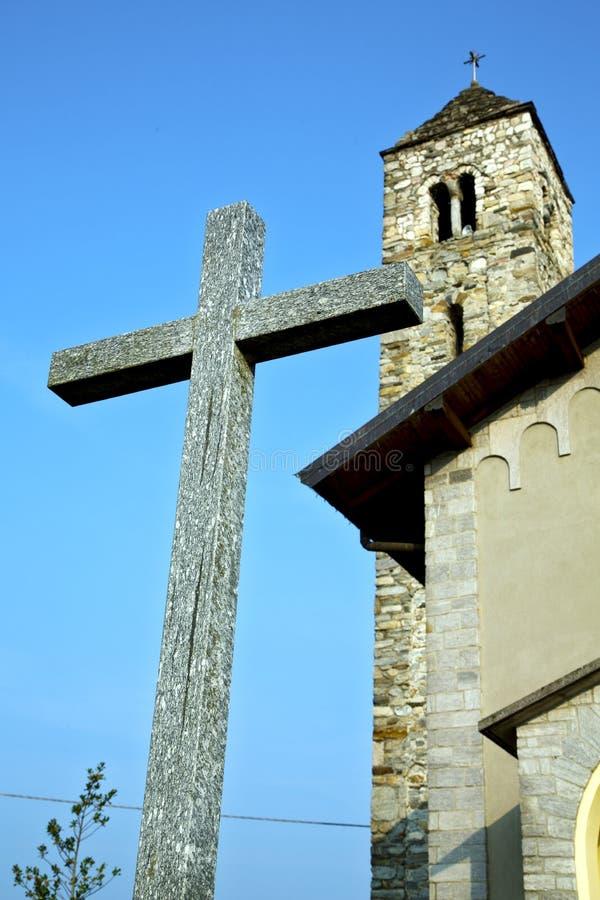 Dans le vieux jour ensoleillé de cloche de tour de mur et d'église de barzola photos stock