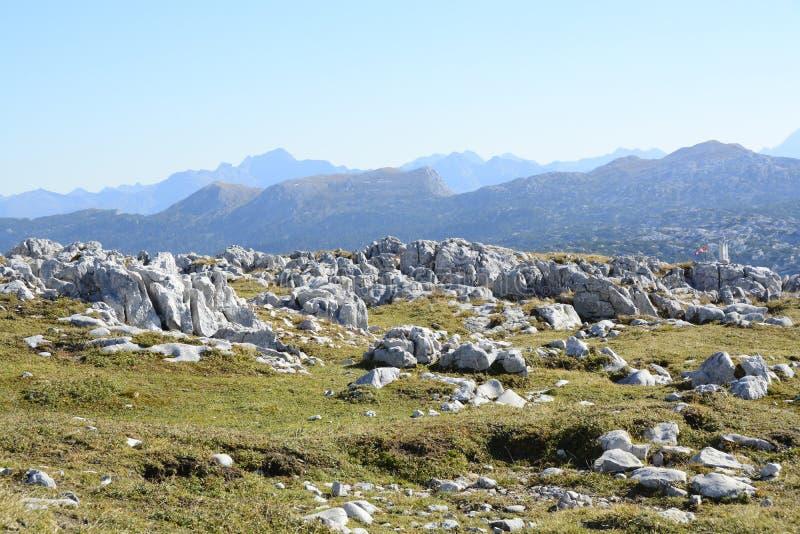 Dans les Alpes par beau temps images stock