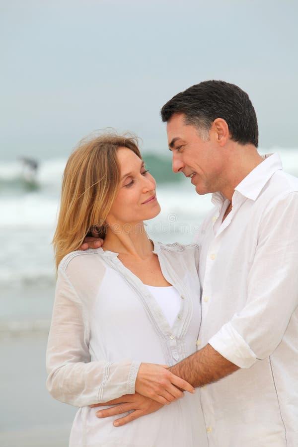 Dans les couples aimés des vacances photo stock