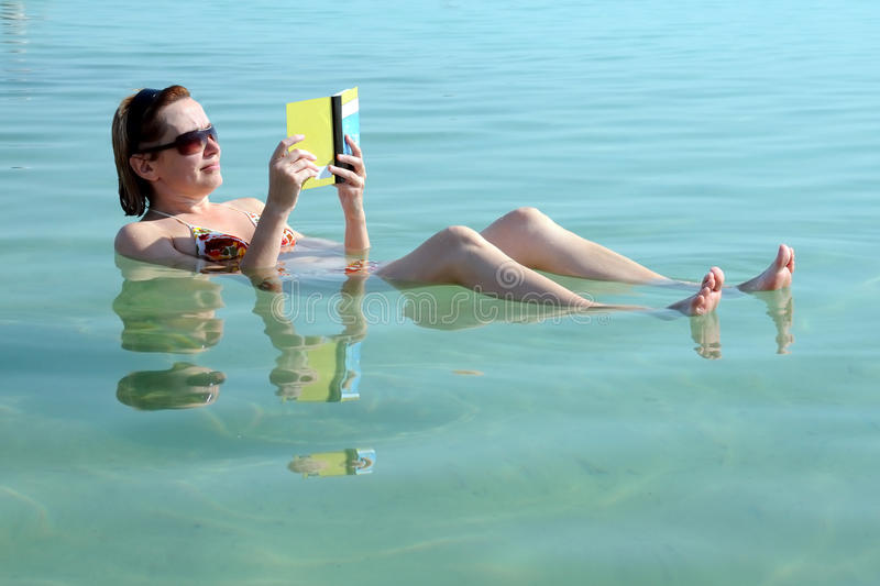 Dans les eaux de la mer morte photo libre de droits