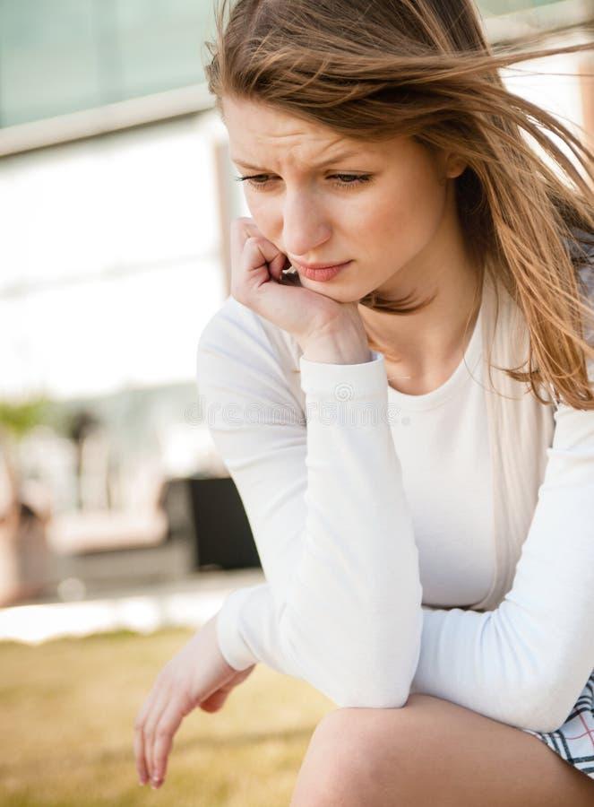 Dans les ennuis - jeune femme déprimé images stock
