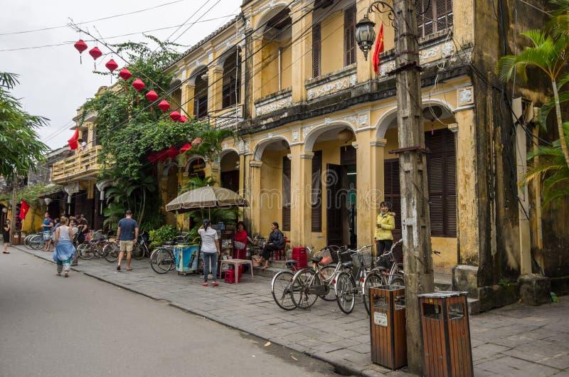 Dans les rues de la ville antique de Hoi An, le Vietnam images stock