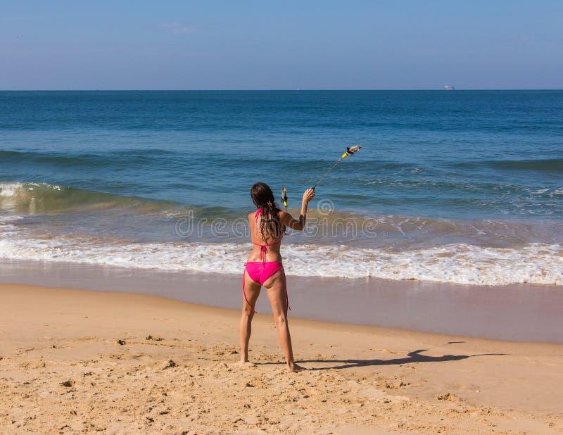 Dans på stranden av Goa arkivfoto