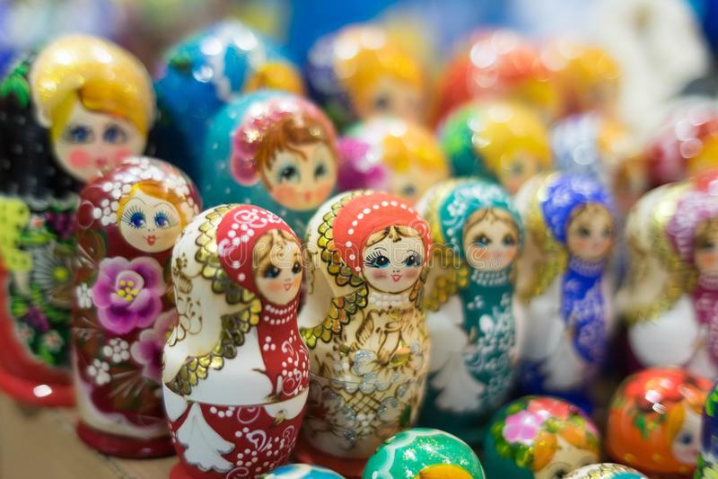 Dans un bouquet énorme beaucoup de poupées images stock