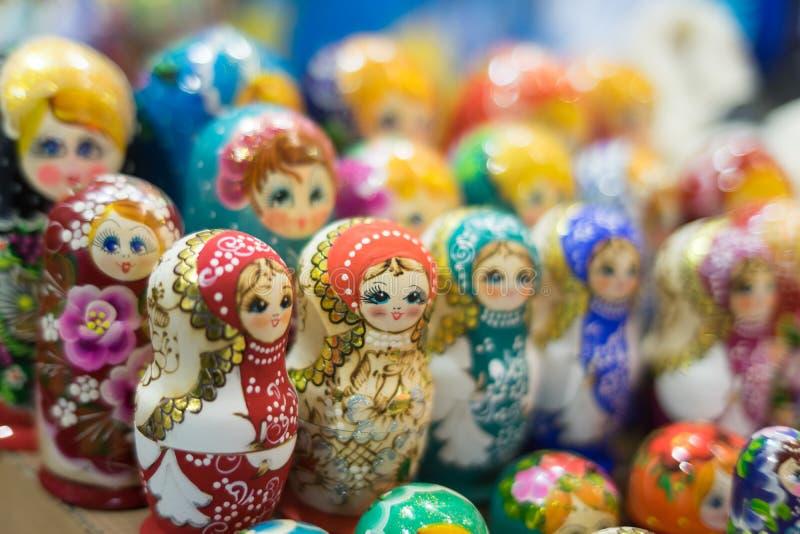 Dans un bouquet énorme beaucoup de poupées photo libre de droits
