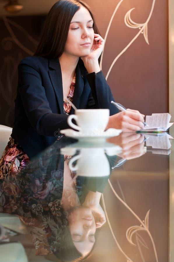 Dans un café images libres de droits