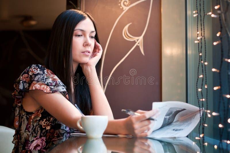 Dans un café photos stock