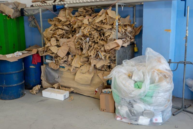 Dans un coin d'un atelier, une montagne des déchets empile  photos stock