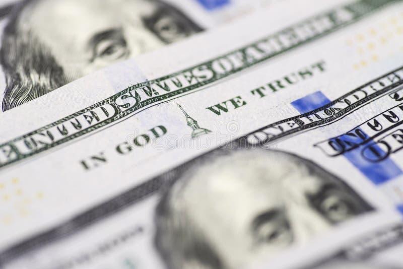 Dans un dieu nous faisons confiance à la phrase sur la fin de billet de banque des 100 dollars vers le haut de la vue Dans Dieu n images stock