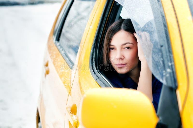 Dans un véhicule jaune photo stock