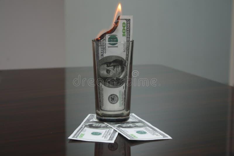 $ 100 dans un verre image libre de droits