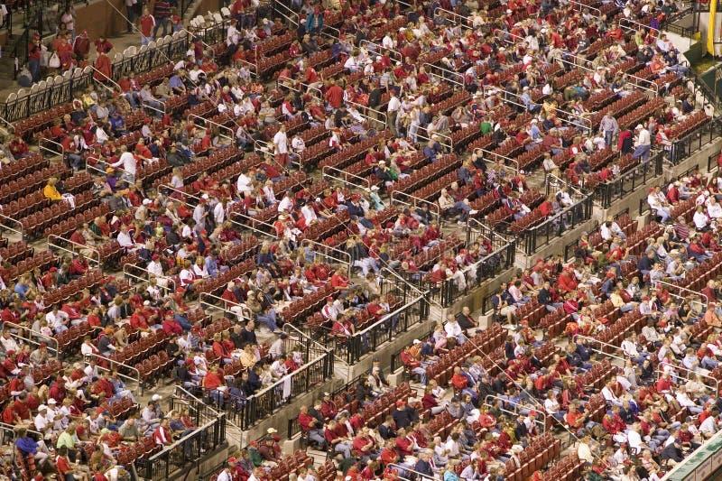 Dans une partie de nuit et une brume de pluie légère une foule observe le battement de Florida Marlins 2006 l'équipe de baseball  photographie stock
