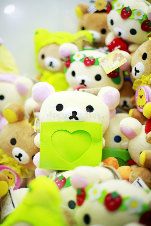 Dans une pile des poupées au coeur d'un jouet d'ours photos libres de droits
