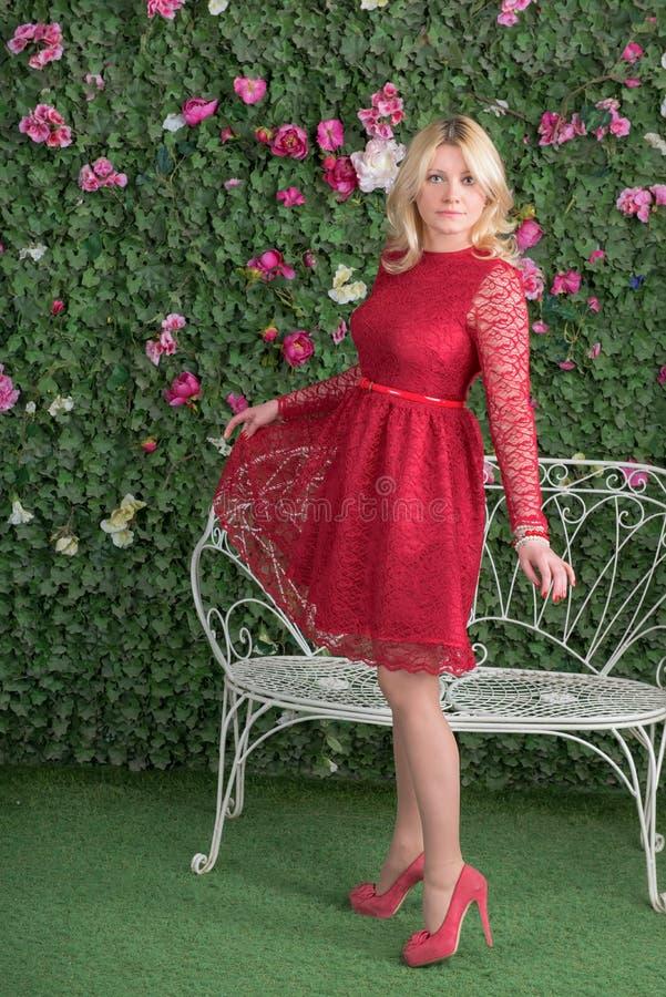 Dans une robe rouge photo libre de droits