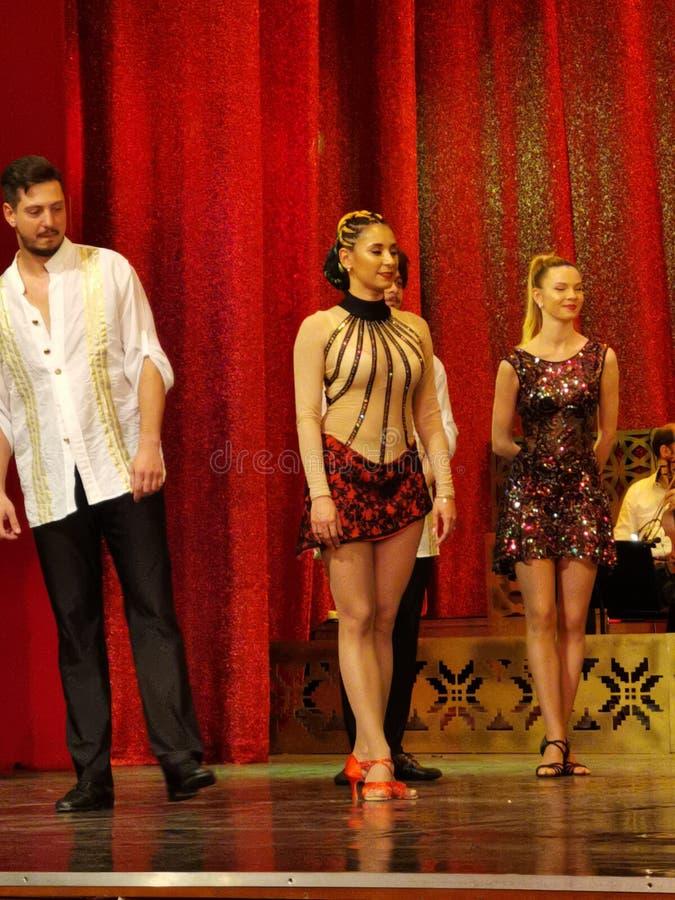 Dansa ballerina på etappen - kabaret arkivfoto