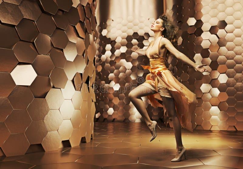 Dansa den unga kvinnan som bär den sagolika klänningen arkivbild