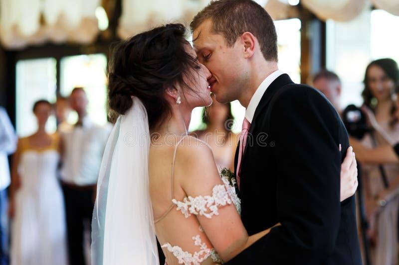 Dansa för brud och för brudgum för romantiska och sinnliga par härligt fotografering för bildbyråer