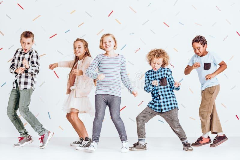Dansa för pojkar och för flickor fotografering för bildbyråer