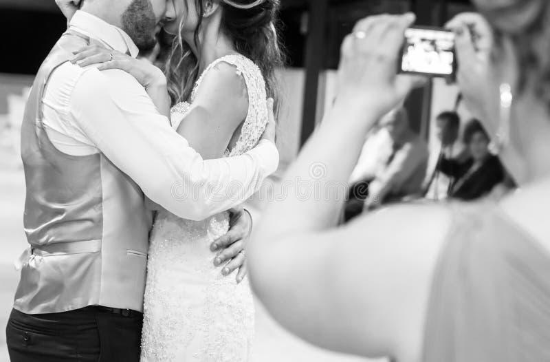 Dansa först bruden och brudgummen i röken royaltyfri foto