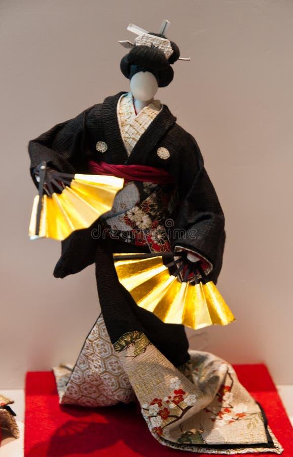 Dansa geishaflickan med den gula fanen fotografering för bildbyråer