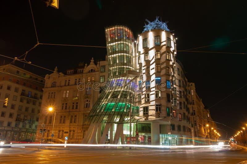 Dansa huset i natt med trafikljus arkivfoto