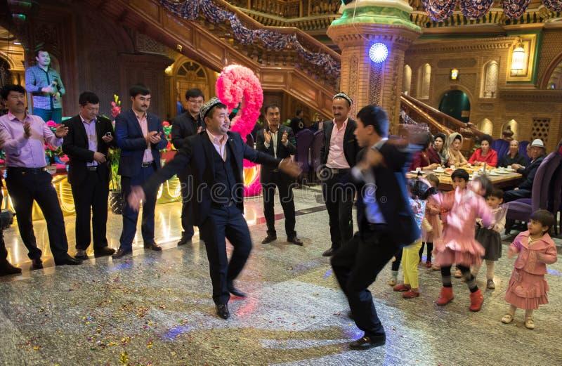 Dansa i bröllopceremoni fotografering för bildbyråer