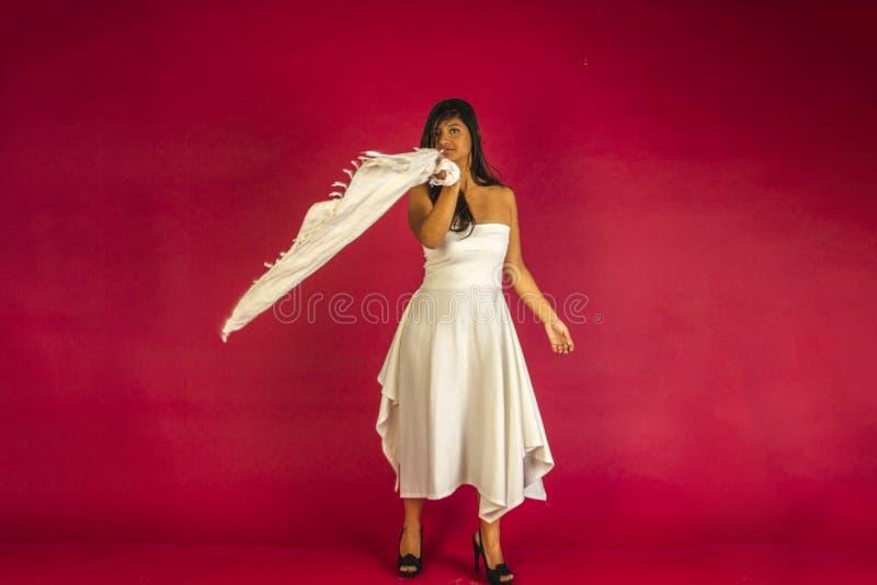 Dansa i en vitklänning royaltyfria foton