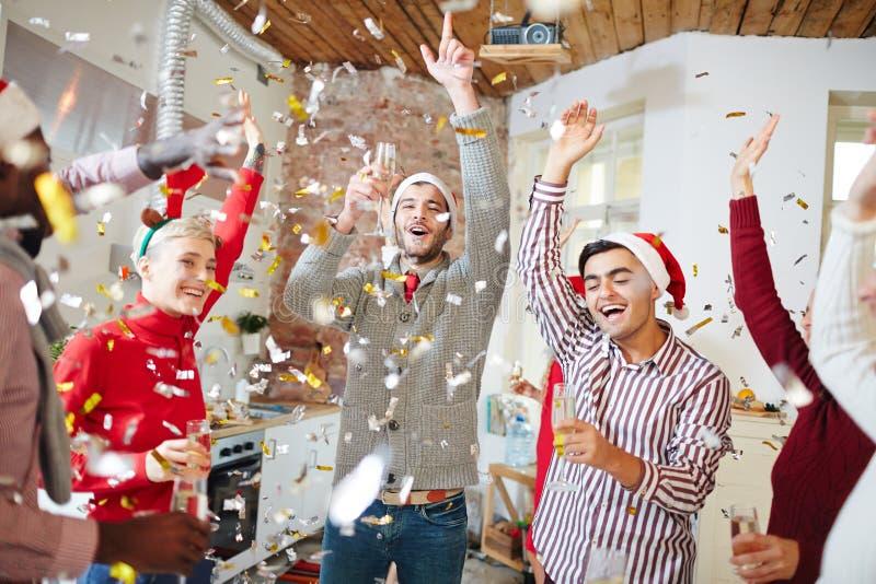 Dansa i konfettier fotografering för bildbyråer